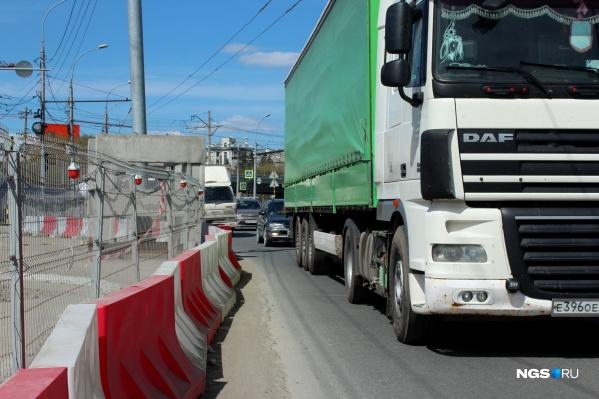 На дороге к Михайловской набережной со стороны центра пешеходы теперь рискуют жизнью