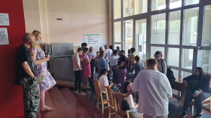 «Это на совести руководства города»: ярославцы резко отреагировали на очереди в пунктах вакцинации
