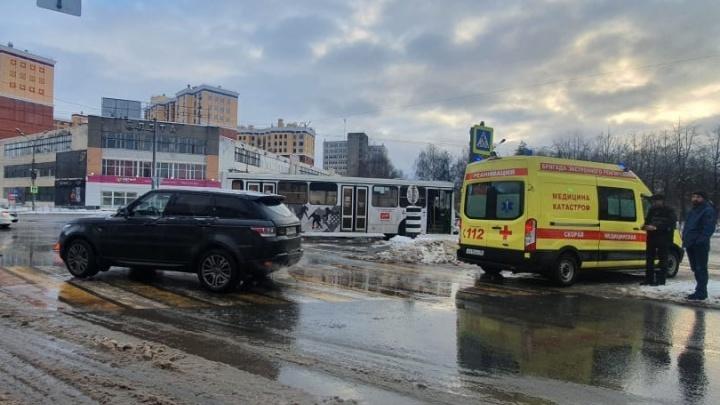 «Возможен перелом ребер»: в центре Ярославля внедорожник протаранил автобус