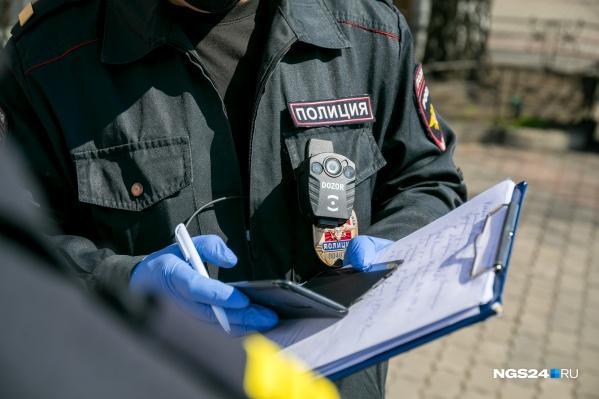 Полицейские проводят проверку
