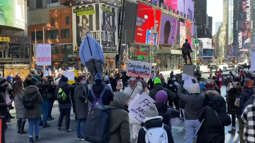 Екатеринбуржец вышел на акцию протеста в Нью-Йорке
