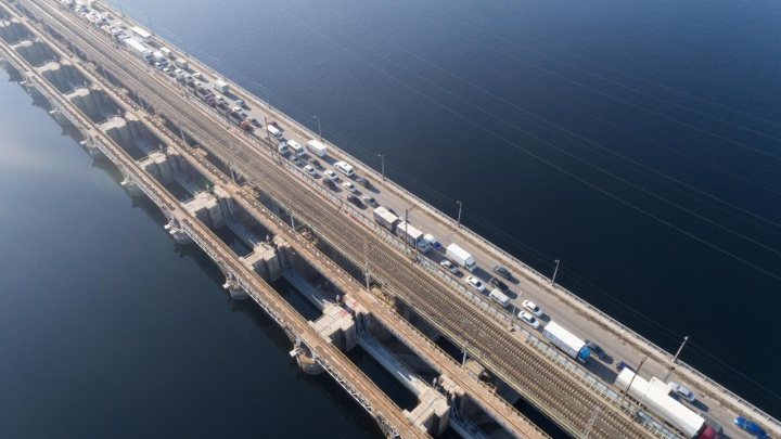 «Что будет завтра — одному богу известно»: реверсивное движение привело к адским пробкам на плотине Волжской ГЭС