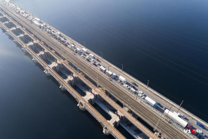 «Будем стоять до августа»: между Волгоградом и Волжским образовалась четырехкилометровая пробка на плотине ГЭС