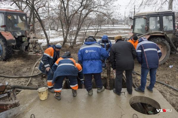 "Сотрудники ""Концессий водоснабжения"" ищут место прорыва"