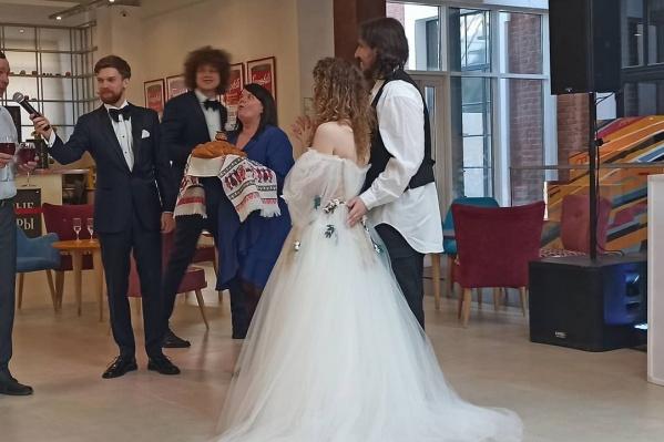 Лиза Монеточка сыграла свадьбу со своим мужем продюсером Виктором Исаевымв Екатеринбурге