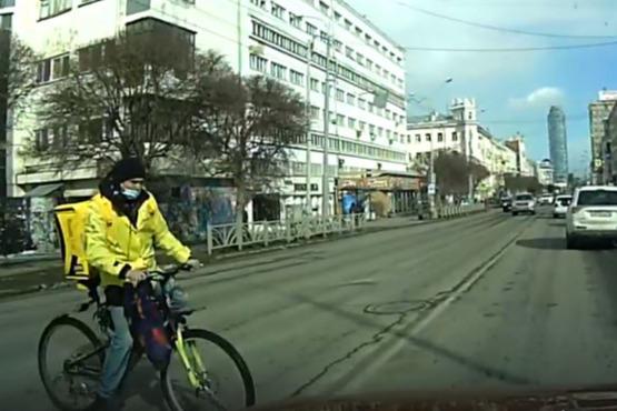 Спешил на заказ. Курьер «Яндекс.Еды» на велосипеде вылетел под колеса авто на Малышева и скрылся: видео