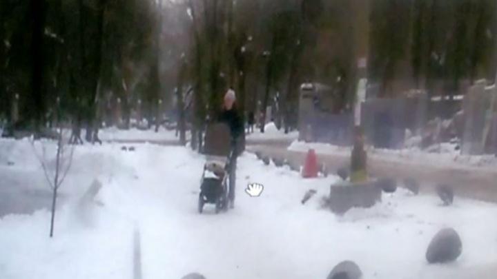 На Уралмаше доска с гвоздями едва не рухнула на маму с коляской: видео