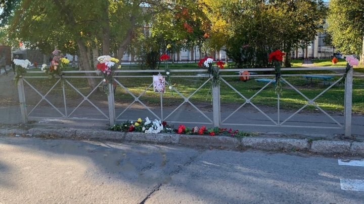 К месту убийства юноши в Северодвинске люди несут цветы — фото
