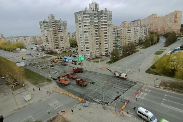 Ремонт на перекрестке начали 1 мая, с этого времени движение транспорта через него закрыто