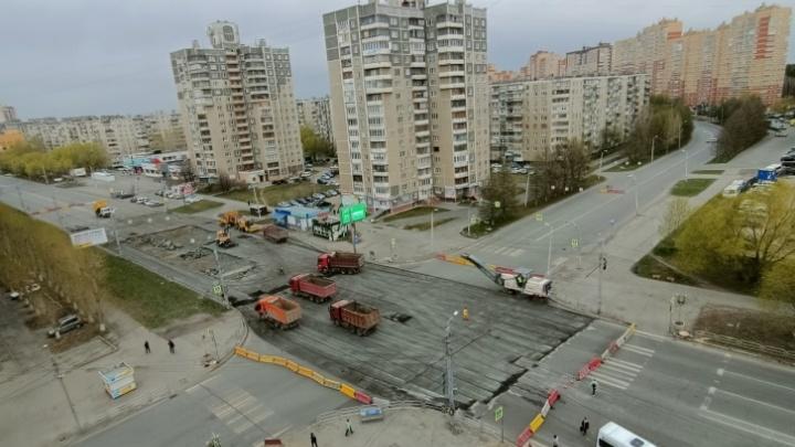 В Челябинске продлили ремонт перекрестка, который маршрутки объезжают по дворам