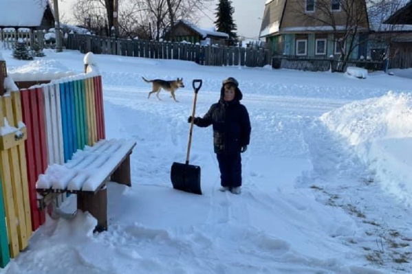 Десятилетний Стас взялся за лопату, чтобы помочь сельчанам