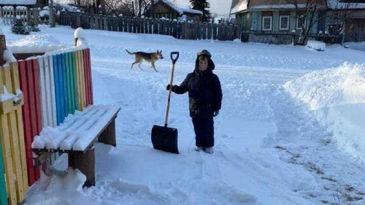 «Такой местный пионер». В уральском селе десятилетний мальчик чистит снег у домов жителей