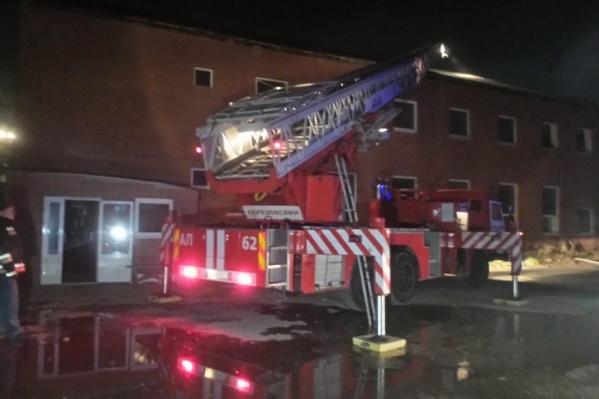 К месту пожара съехались 11 пожарных машин