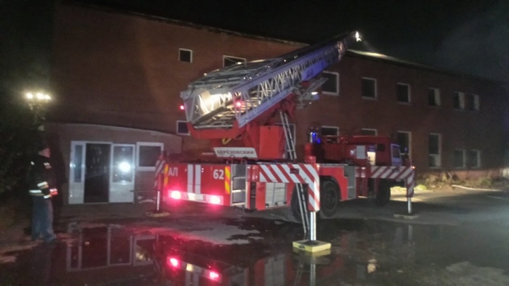 Обрушился ангар, сгорело оборудование: в Березовском вспыхнул пожар в типографии