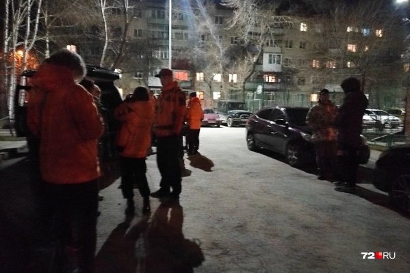 Волонтеры прочесывают город в поисках ребенка