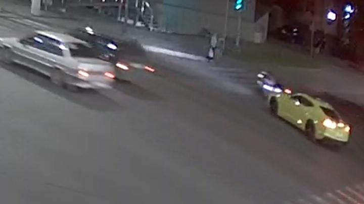 В Волгограде мотоциклист протаранил маслкар Chevrolet Camaro — видео