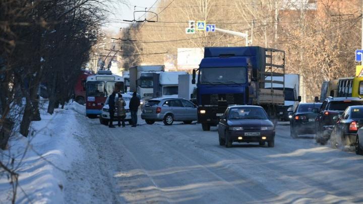 «Накат не снять даже грейдером». Начальник ДЭУ объяснил, откуда взялись колеи на дорогах Екатеринбурга