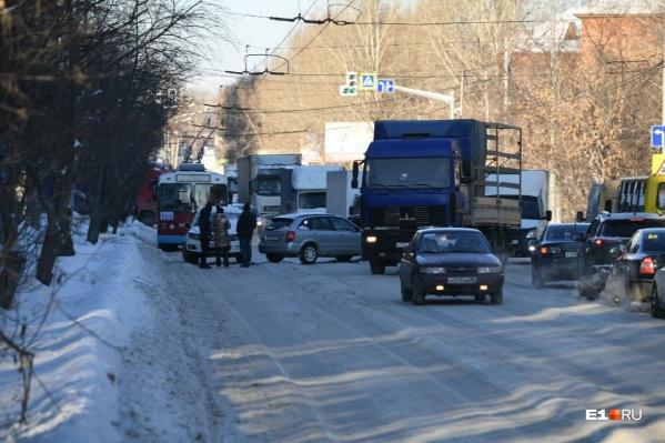 Из-за морозов накат на дорогах получился особенно плотным, его не снять даже грейдером