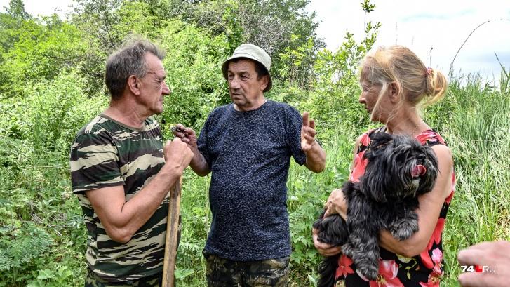Николай и его друг Александр (слева) вспоминают, какие язи водились в Тече
