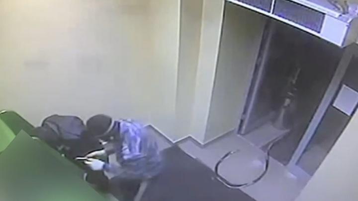 В Сургуте двое бандитов с помощью отвертки и газового баллона пытались взломать банкомат. Вот видео