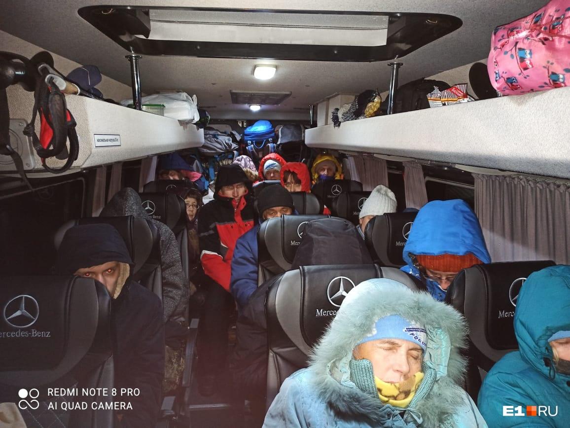 """Люди сидят в автобусе уже более <nobr class=""""_"""">13 часов</nobr>, ожидая помощи"""