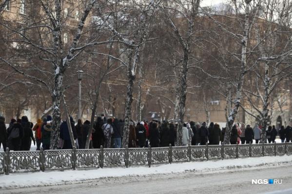 """Почему именно в эти дни понадобилось обеспечивать безопасность новосибирцев — власти не пояснили. Но ранее мэр упоминал, что в воскресенье планируется несогласованная протестная акция. А <nobr class=""""_"""">2 февраля</nobr> в московском суде будут рассматривать дело Навального"""