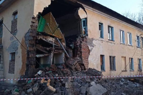 В кирпичном здании обрушилась стена
