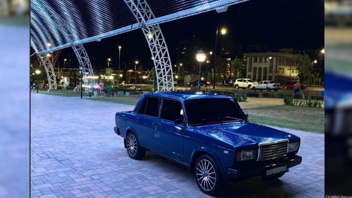 В ГИБДД пришел пешком: в Волгограде задержали водителя, покатавшегося в Мемориальном парке у Мамаева кургана