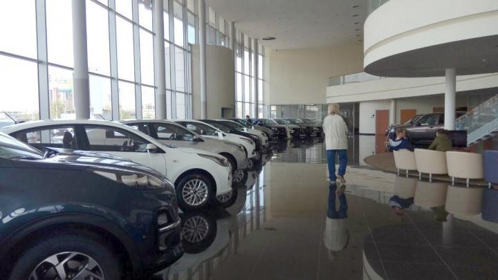 На фоне дефицита машин в автосалонах в Красноярске активизировались серые дилеры