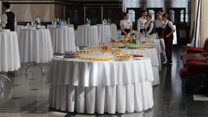 В Омске на обеды для федеральных чиновников выделили полмиллиона рублей