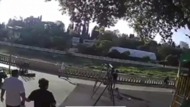 В Сочи прекратили дело против мужчины, который на электросамокате сломал ребенку череп