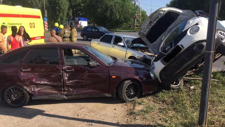 В Тольятти на перекрестке разбились сразу три автомобиля