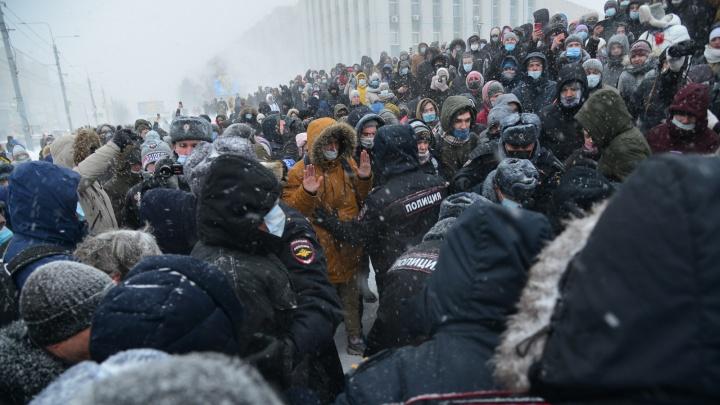 «Отпускай!»: смотрим, как в Архангельске толпа защищала протестующих от полицейских