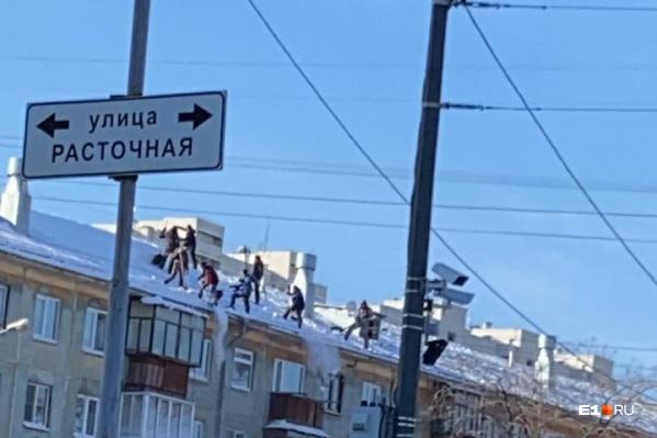 """Все происходило на крыше дома <nobr class=""""_"""">№ 17</nobr> на Билимбаевской"""