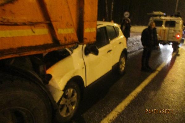 Машина влетела под кузов грузовика