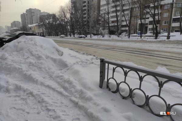 Сугробы на тротуарах и колеи на дорогах — реальность Екатеринбурга всю последнюю неделю