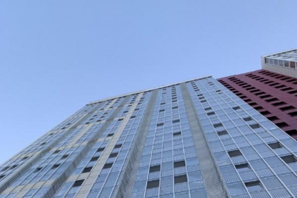"""Мужчина выпал из <nobr class=""""_"""">25-этажного</nobr> дома «Рубин»&nbsp;"""