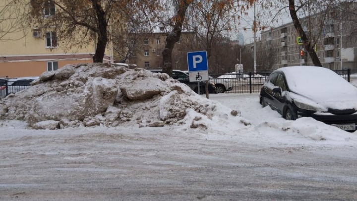 «Я паркуюсь как...»: в Екатеринбурге места для водителей-инвалидов захватили грязные сугробы