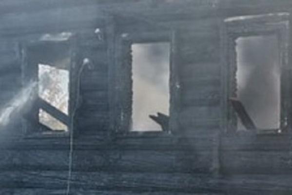 Обе квартиры в жилом доме полностью выгорели