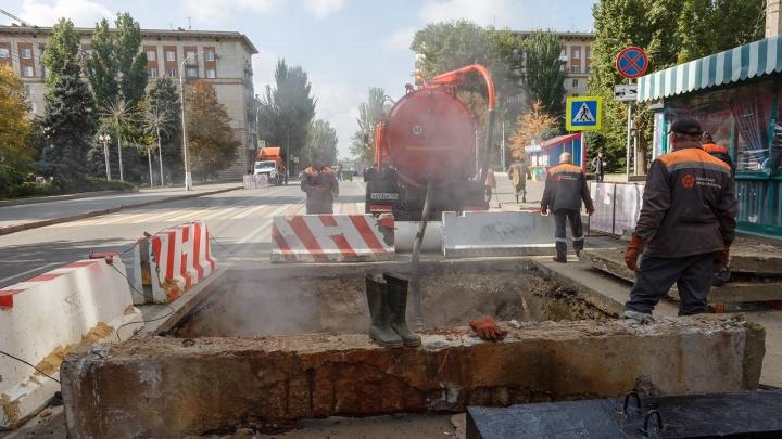 «Никогда такого не было, и вот опять»: в центре Волгограда прорыв на магистральном теплопроводе