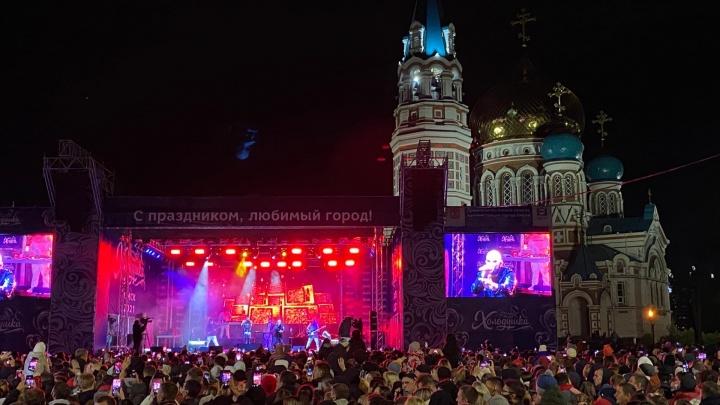 Сотни омичей пришли на концерт Artik & Asti: онлайн с празднования Дня города