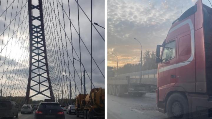 «Наслаждаемся красивыми видами»: Бугринский мост встал в пробке