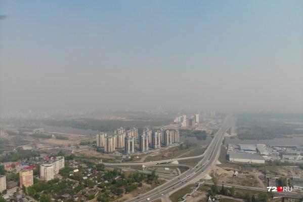 В городе несколько дней наблюдается дымка. Из-за смога снижена видимость