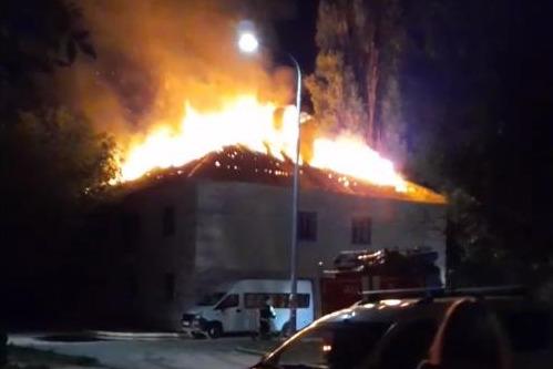 В Волгограде четыре часа тушили аварийный жилой дом