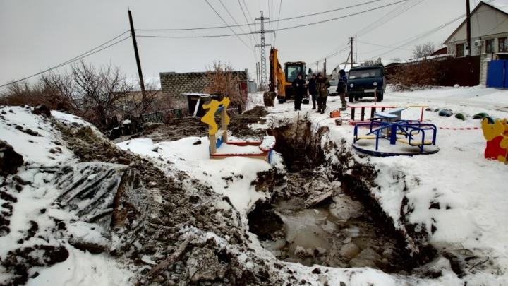 «Не такая она и глубокая»: чиновники Городища заявили, что в яме-ловушке для ребенка еще велись работы