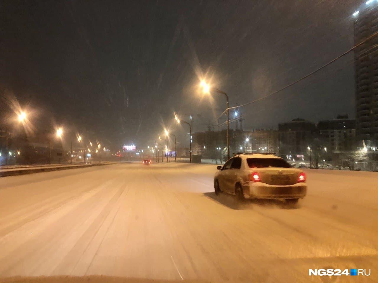 Так в 06:30 выглядела дорога на путепроводе с Северного шоссе по пути на Взлётку