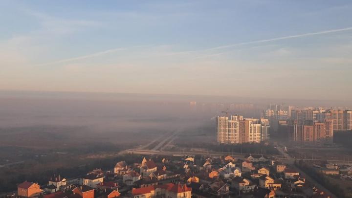 Екатеринбург опять накрыло смогом. Едкий запах гари продержится в городе весь день