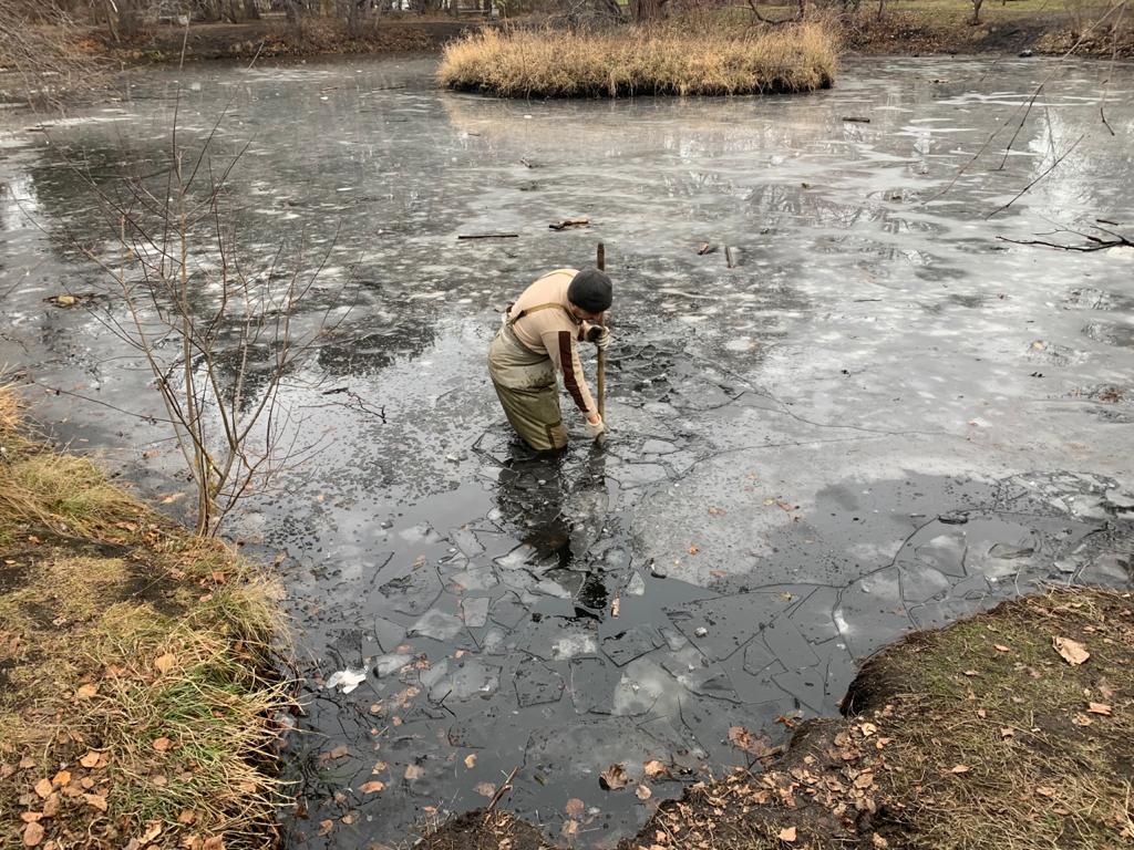 Обследовать водоем пришлось уже в морозы, когда появился лед