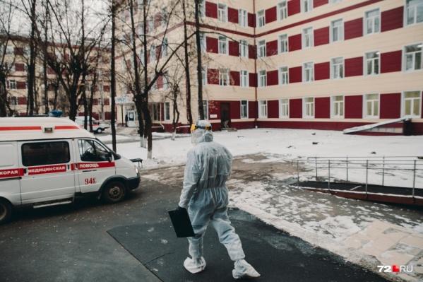 """Согласно данным оперштаба, в Тюменской области с начала пандемии скончалось <nobr class=""""_"""">417 пациентов</nobr>"""