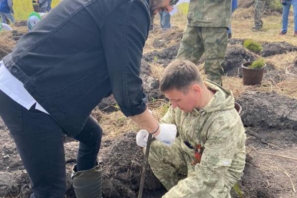 Музыкант вместе с зампредседателя правительства Кузбасса высадил аллею